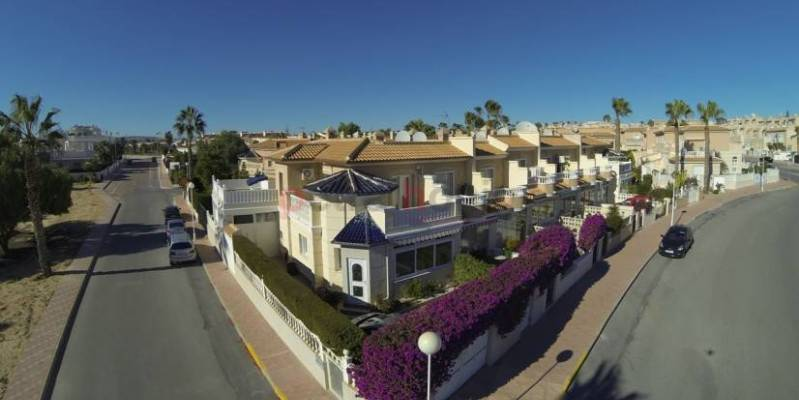 If you want to enjoy the sun, golf and the sea, we recommend buying townhouses in Ciudad Quesada