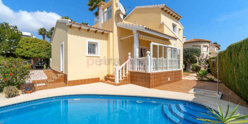 The properties for sale in Villamartin that you cannot miss for next year: with terrace, swimming pool and beautiful garden
